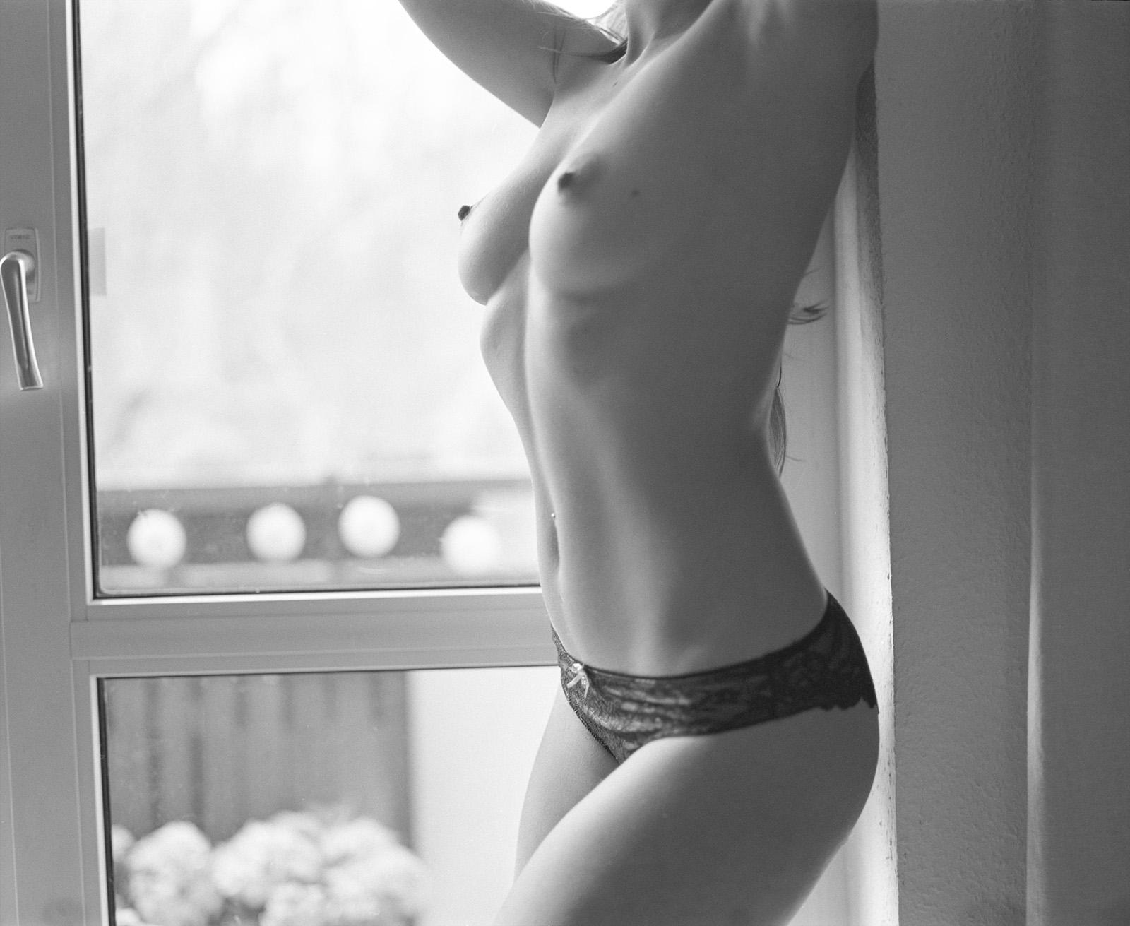 Anastasia vor einem Fenster